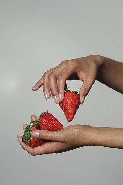 Jasmine_dimuel-berries-hand